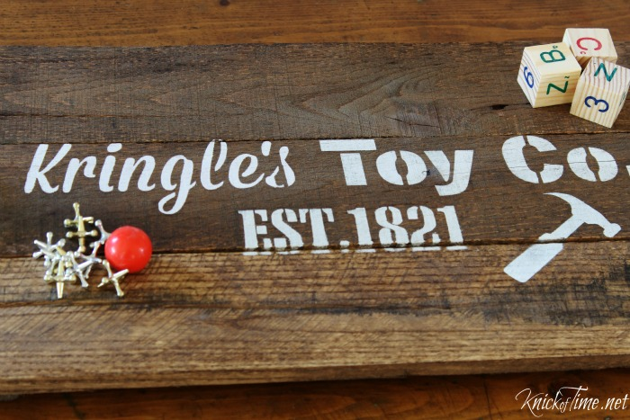 Christmas stencil on pallet wood tray - Knick of Time