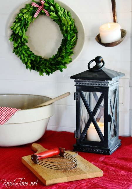 Farmhouse Kitchen - Country Christmas decor - KnickofTime.net