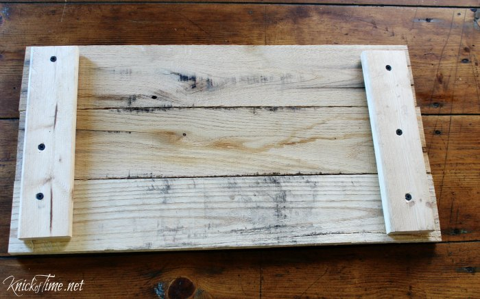 How to build a rustic pallet wood tray for Christmas - KnickofTime.net