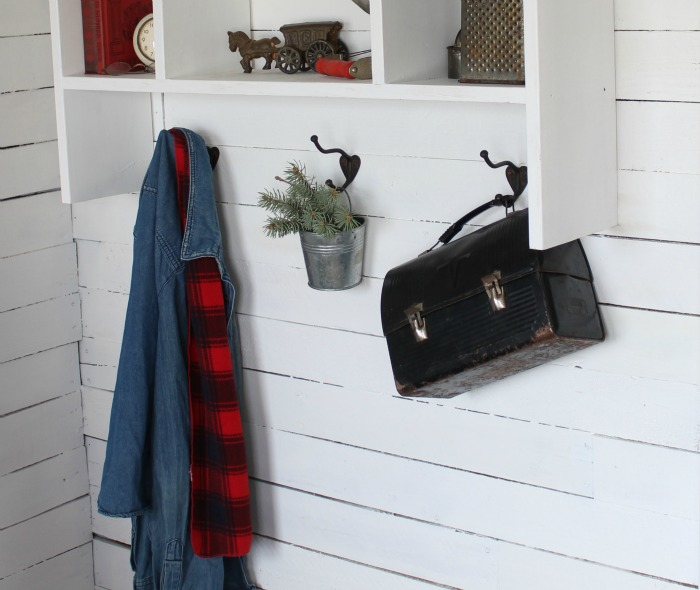 Vintage decor in a Christmas entryway - KnickofTime.net