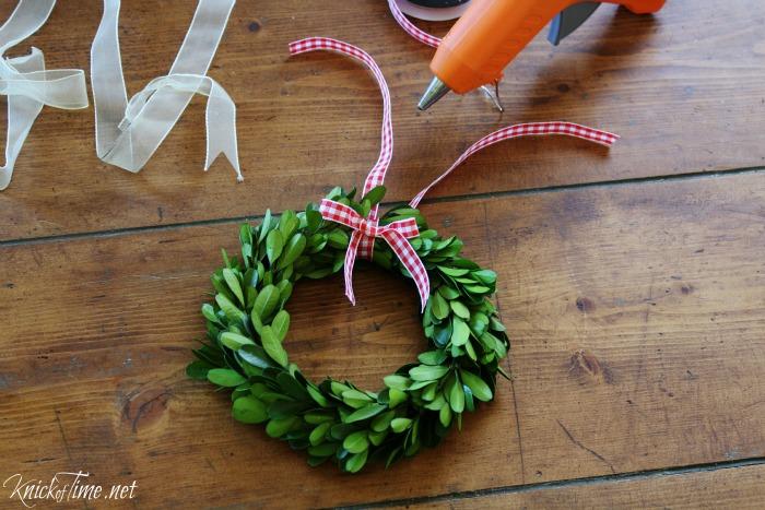 red gingham ribbon boxwood wreaths - KnickofTime.net