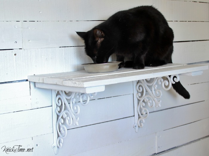 If you have indoor dogs and cats, then your cats will thank you formaking a pallet wood cat perch! - Tutorial at KnickofTime.net