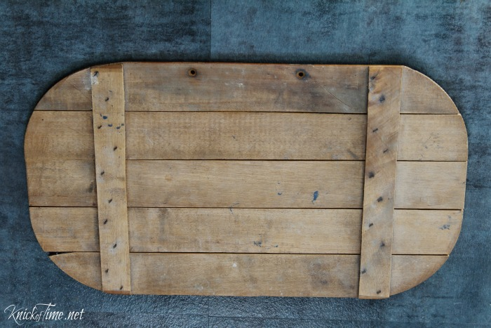 This old wooden picnic basket lid got transformed into something useful and pretty for farmhouse decor! - KnickofTime.net