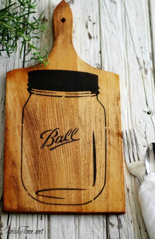Mason Jar Easy Kitchen Cutting Board Wall Art - Tutorial at KnickofTime.net