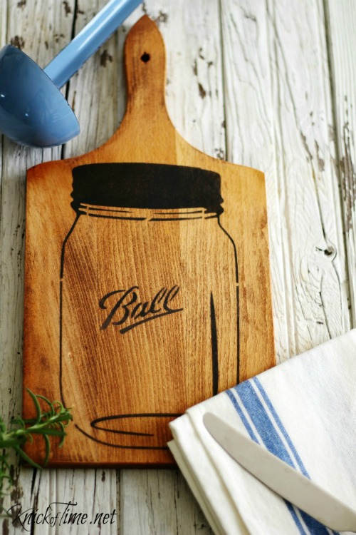 Mason Jar Easy Kitchen Cutting Board Wall Art - Tutorial at KnickofTime.net