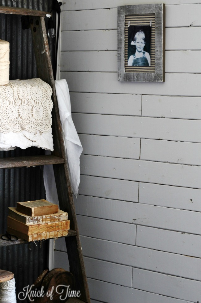 farmhouse photo frame in rustic she shed guest room| www.knickoftime.net