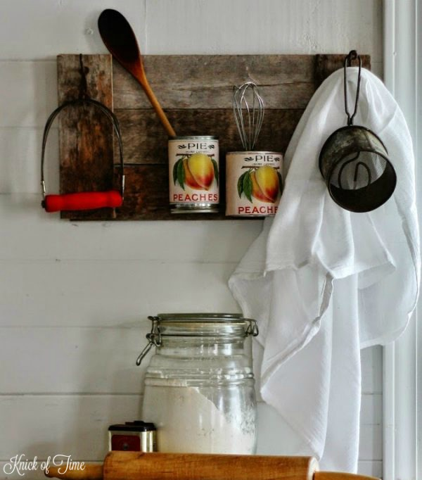 Turn pallet boards, tin cans and printable vintage labels into a farmhouse style kitchen organizer - KnickofTime.net
