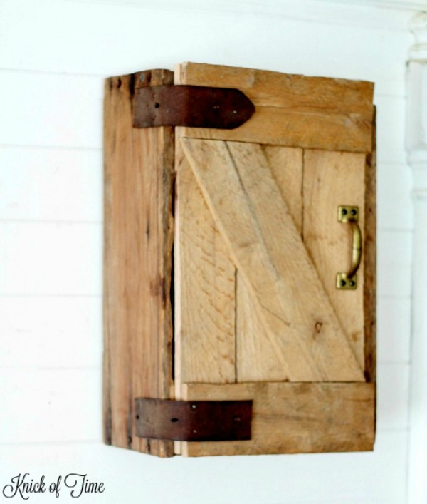 DIY barn door cabinet made out of a crate and pallet boards - KnickofTime.net