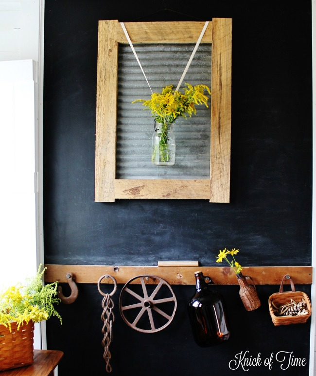 DIY corrugated metal and pallet wood frame to display flowers - www.knickoftime.net