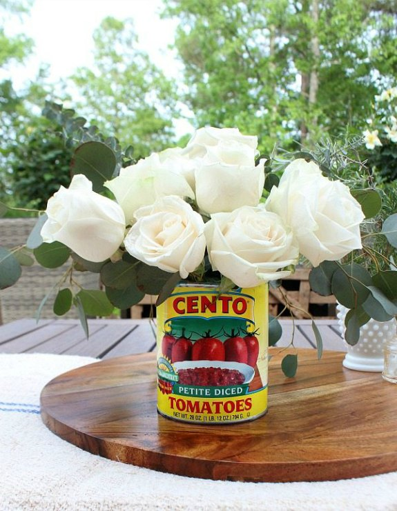 Farmhouse tin can vase: 20+ Creative Ways to Repurpse Tin Cans | www.knickoftime.net