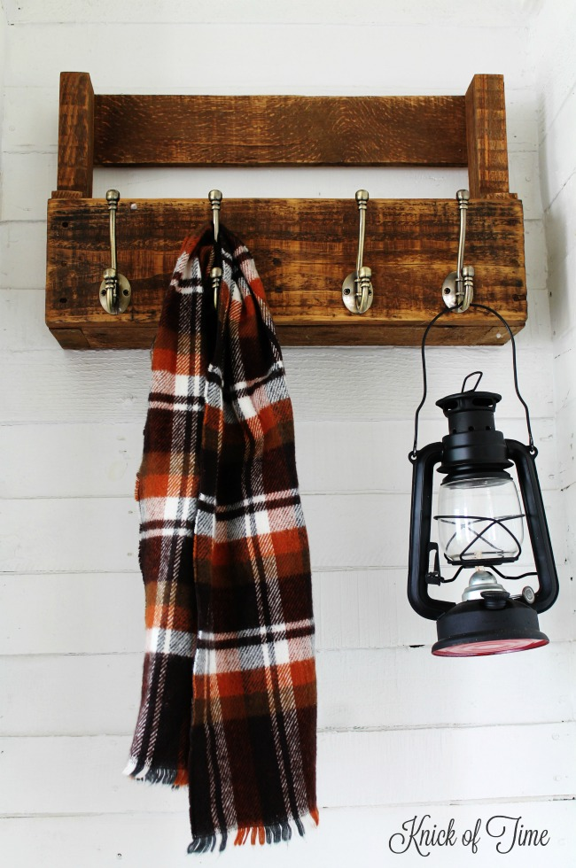This This DIY pallet wood coat rack will hold lots of fall scarves and jackets! | http://knickoftime.net/
