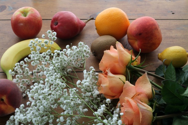 How to make an inexpensive fresh flowers and fruit centerpiece - www.knickoftime.net