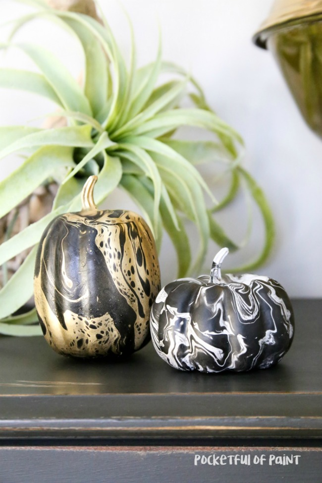 marbelized-pumpkins-easy-fall-halloween-decor