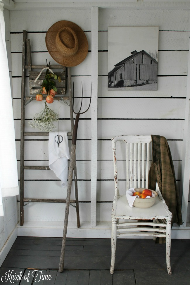 Farmhouse style decor in cottage guest room - www.knickoftime.net