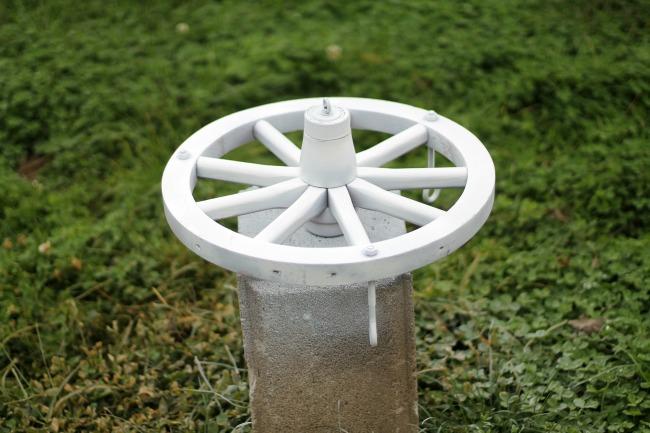 How to turn a wagon wheel into a Christmas chandelier - www.knickoftime.net