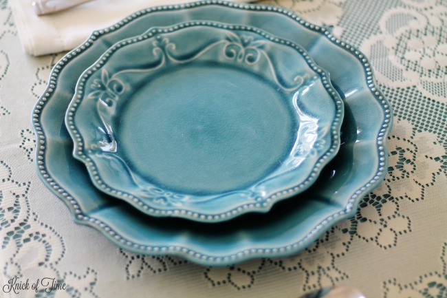 Blue crackle glaze dinnerware looks gorgeous for a farmhouse table setting! - www.knickoftime.net