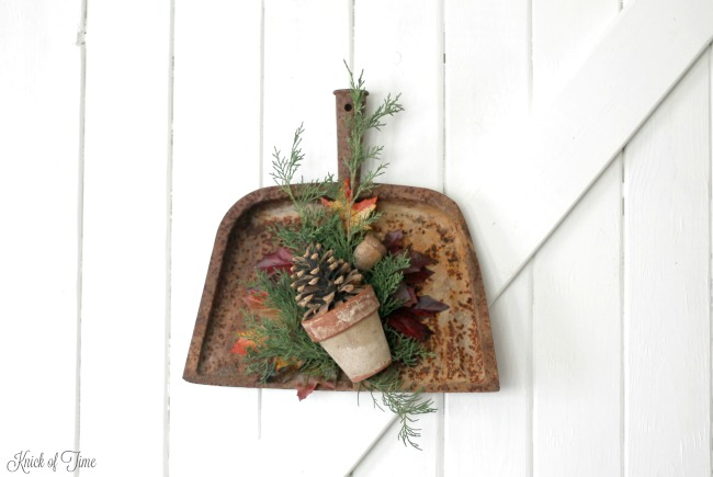 Where some see rusty junk, others see a beautiful rusty dustpan to turn into a fall wreath - www.knickoftime.net