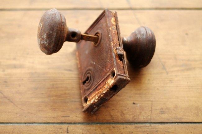 rusty vintage doorknob - www.knickoftime.net