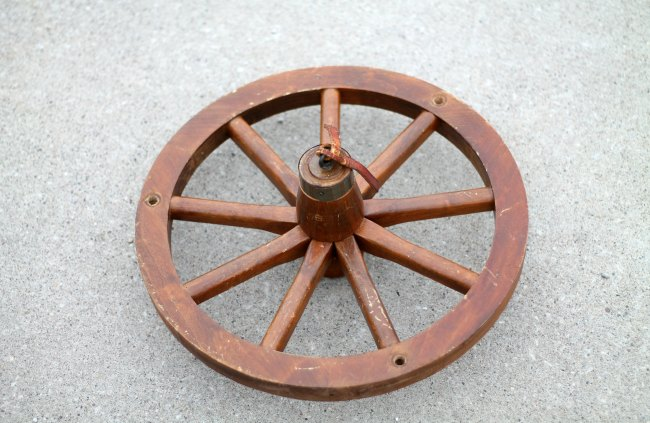 Repurpose a wagon wheel with farmhouse style! - www.KnickofTime.net