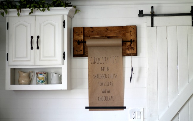 Create a rustic pallet wood craft paper wall dispenser for your grocery shopping list, weekly menu or just for doodling! - www.knickoftime.net