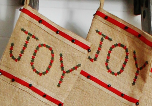 burlap farmhouse style Christmas stockings - www.knickoftime.net