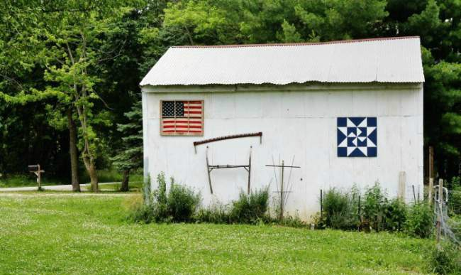 American Flag Display on Repurposed Window | | Turn Old Junk into Fabulous Farmhouse Decor |via www.knickoftime.net