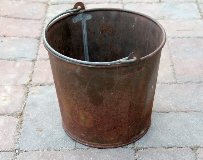 rusty farmhouse bucket before makeover | knickoftime.net