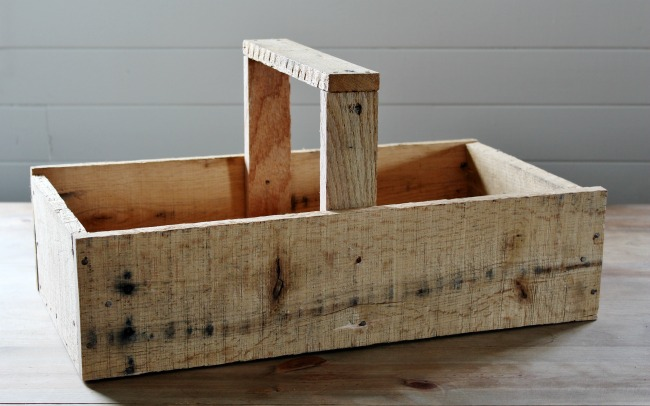 How to build a farmhouse wooden tote with pallet wood | www.knickoftime.net