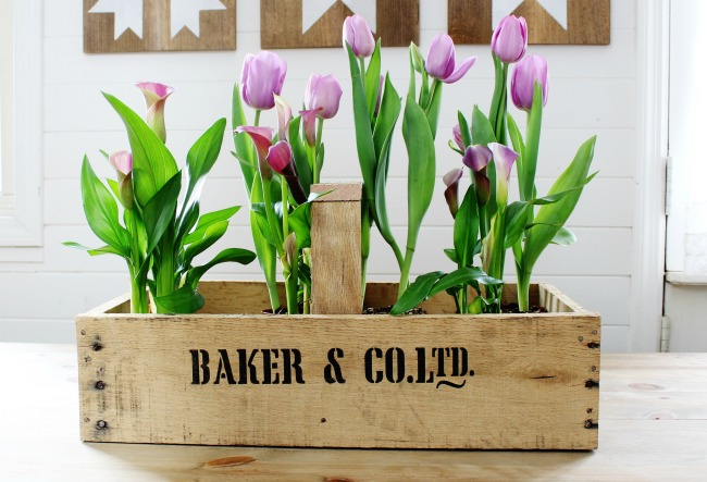 Easy to build rustic farmhouse wooden crate with handle made from pallet wood planks | www.knickoftime.net