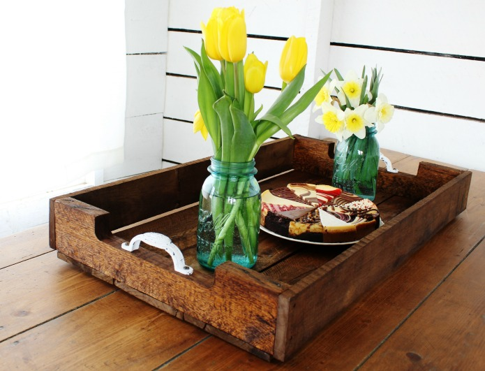 DIY reclaimed pallet wood serving tray | www.knickoftime.net