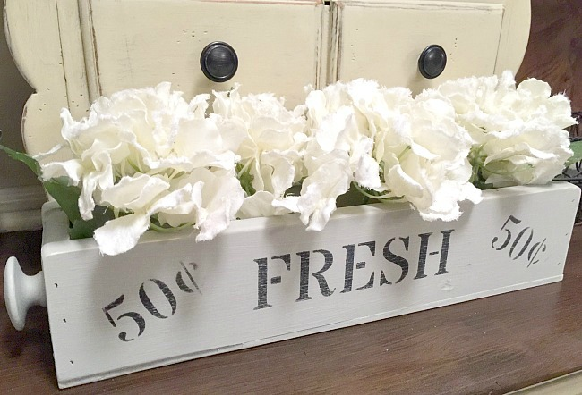 DIY wood flower stenciled crate by Homeroad | http://www.homeroad.net/2017/03/build-your-own-fresh-flowers-wooden.html