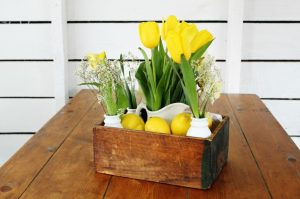 DIY Spring Centerpiece with an old crate, lemons and spring flowers | www.knickoftime.net