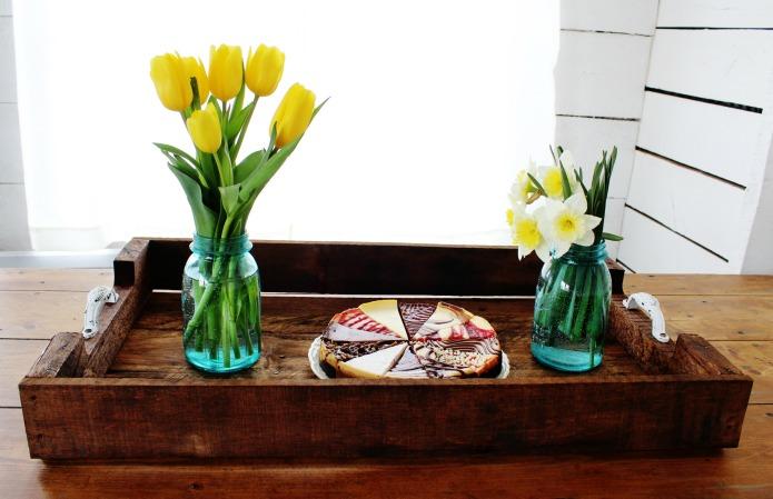 Rustic farmhouse style DIY pallet wood tray tutorial | www.knickoftime.net