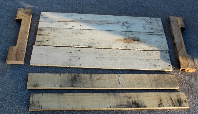 How to Make a Pallet Wood Trays for Weddings, Special Events or Home Decor | www.knickoftime.net