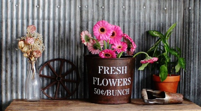 Bring the spring garden indoors by decorating with a mix of dried, fresh cut and faux flowers | www.knickoftime.net