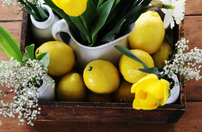 How to make a Spring Centerpiece with an old crate, lemons and spring flowers | www.knickoftime.net