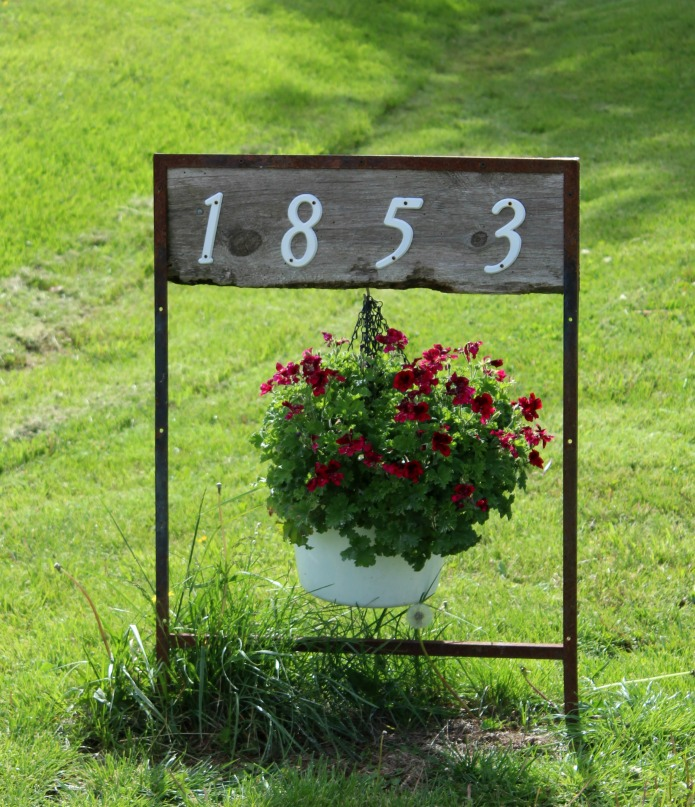 Turn and old realtor sign into unique yard and garden decor as a house numbers hanging planter | www.knickoftime.net