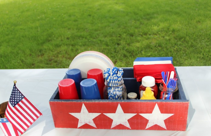 Throw patriotic celebration and make this rustic table centerpiece to hold all the party supplies | www.knickoftime.net