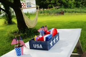 Throw a patriotic holiday picnic and make this pallet wood red, white and blue wooden crate to hold all the supplies as a centerpiece | www.knickoftime.net