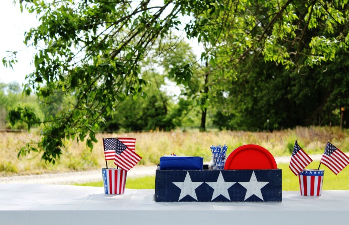 Show your American pride this summer with this DIY patriotic crate made of pallet wood using Knick of Time's Vintage Sign Stencils | www.knickoftime.net