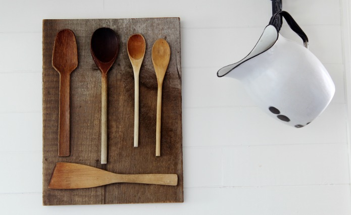 Easy DIYwooden spoons farmhouse kitchen wall art tutorial at Knick of Time |www.knickoftime.net