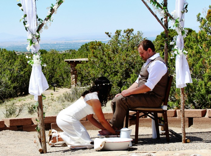 Outdoor Christian wedding foot washing | www.knickoftime.net