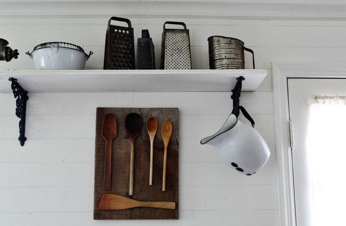 Display your collection of vintage wooden spoons on this easy DIY farmhouse kitchen wall art project | www.knickoftime.net