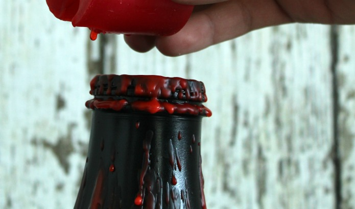 Easy and Inexpensive DIY Halloween decoration ideas bloody painted Starbucks bottles | www.knickoftime.net