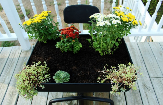 Easy fall planter in an old school desk | www.knickoftime.net