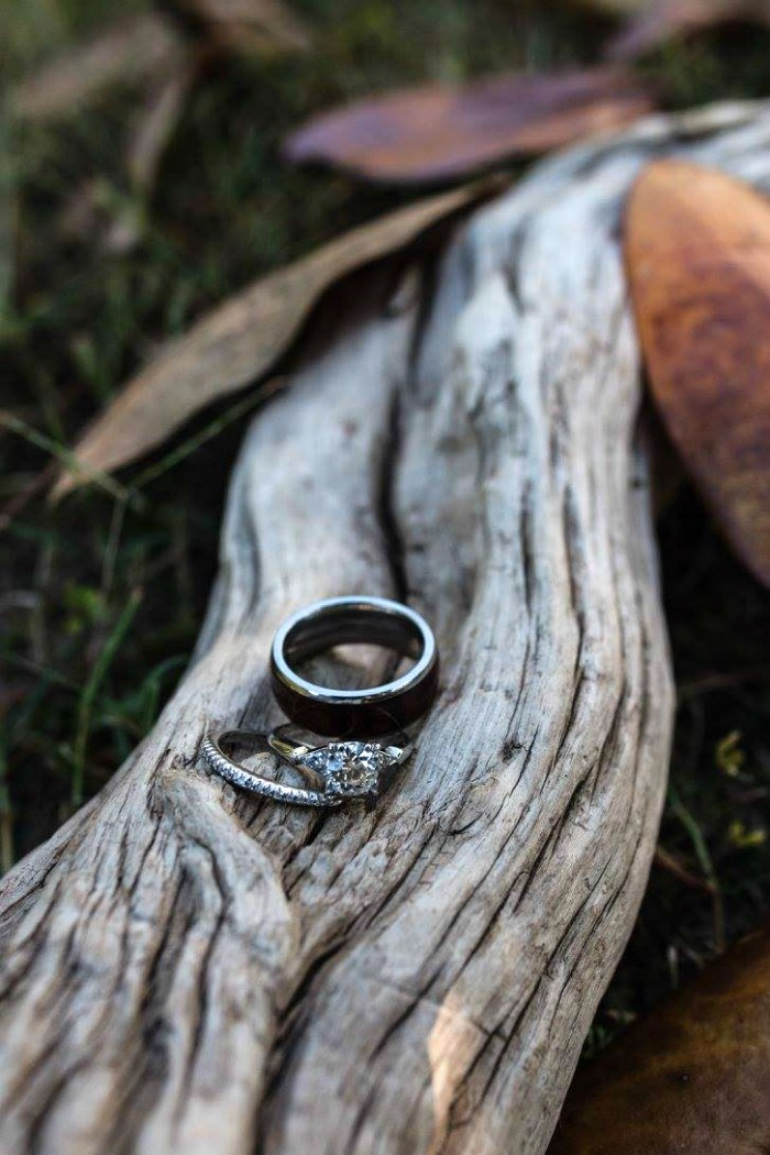 Wedding rings close up photo by @abbysummitttran