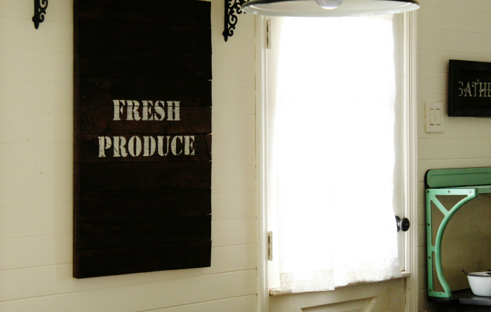 How to make a farmhouse kitchen salvaged pallet wood sign tutorial | www.knickoftime.ne