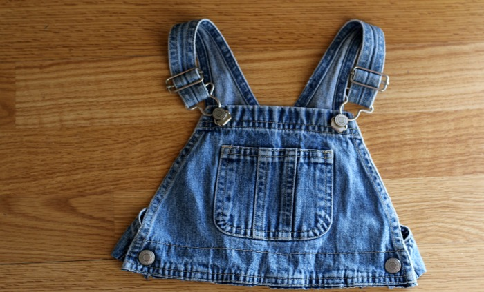 How to make a Repurposed Denim Christmas Wreath from Toddler Overalls | www.knickoftime.net