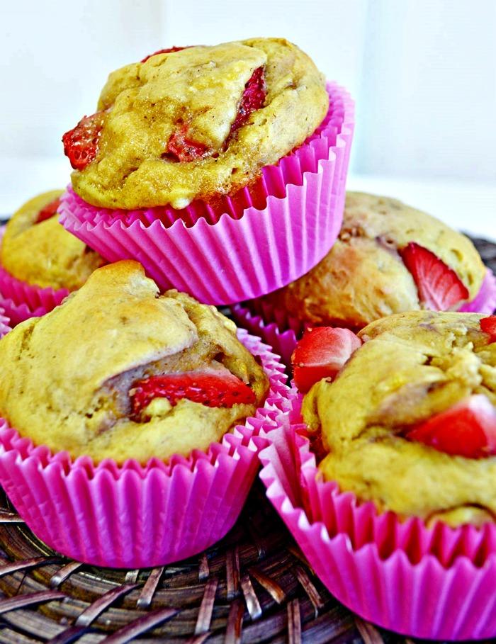 Homemade Banana Strawberry Muffins by Knick of Time | www.knickoftime.net | #knickoftime #baking #breakfast #muffins