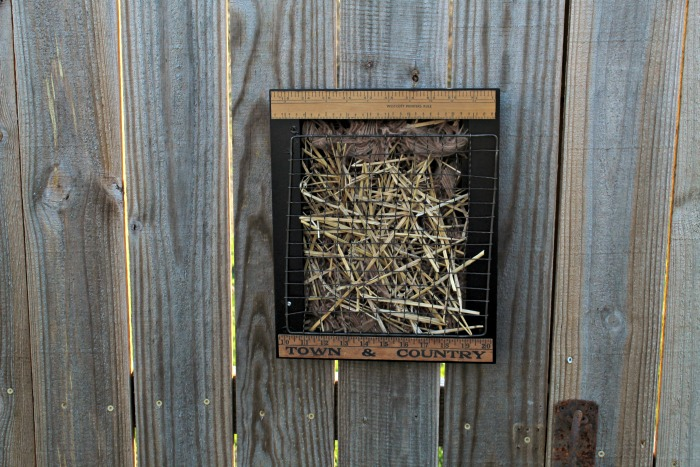 Make this DIY Nesting Material Bird Nest Helper from a repurposed photo frame, a few vintage rulers, yarn scraps and straw with the easy instructions from Knick of Time #KnickofTime #birds #upcycled #craft #birdyourworld |www.knickoftime.net